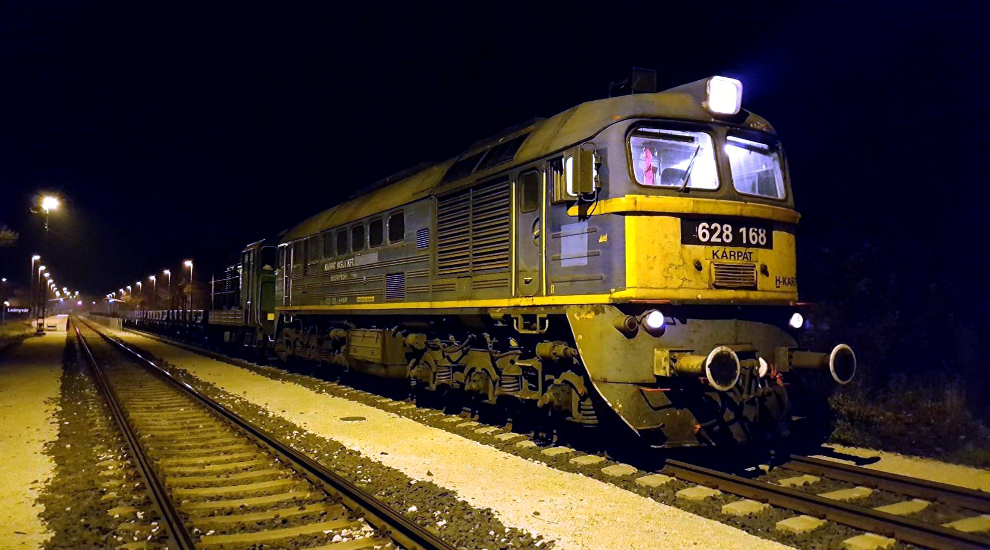 Sajnos az üres vonat már sötétben közlekedett a 2-es vonalon. Lendvai Richárd képén keresztre vár a menet Leányváron