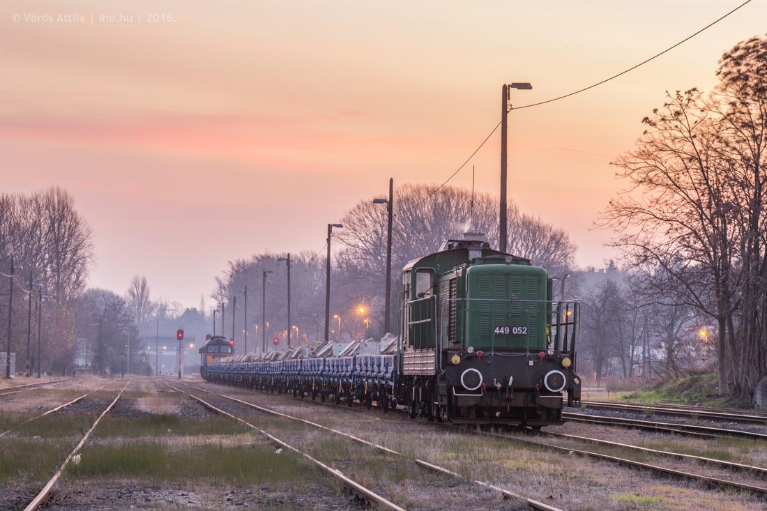 A peronelemvonat Lábatlan állomáson napkeltében. A képre kattintva galéria nyílik Vörös Attila fotóiból