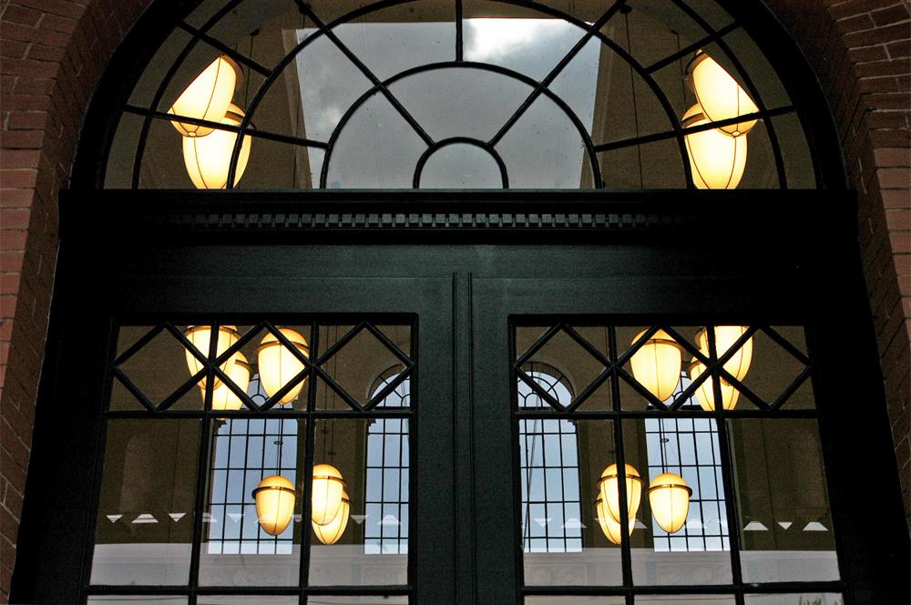 A peron felől érkezve csillogóan és hívogatóan tárul fel az épület belső világa is (a képre kattintva galéria nyílik Zöldi Péter fotóiból)