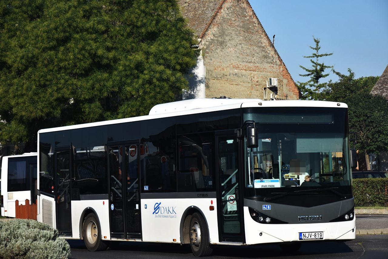 Tavaly nyáron még Makón, az év végén már Hódmezővásárhelyen közlekedik ez az Isuzu midibusz. Helyére bajai EN Credo érkezett
