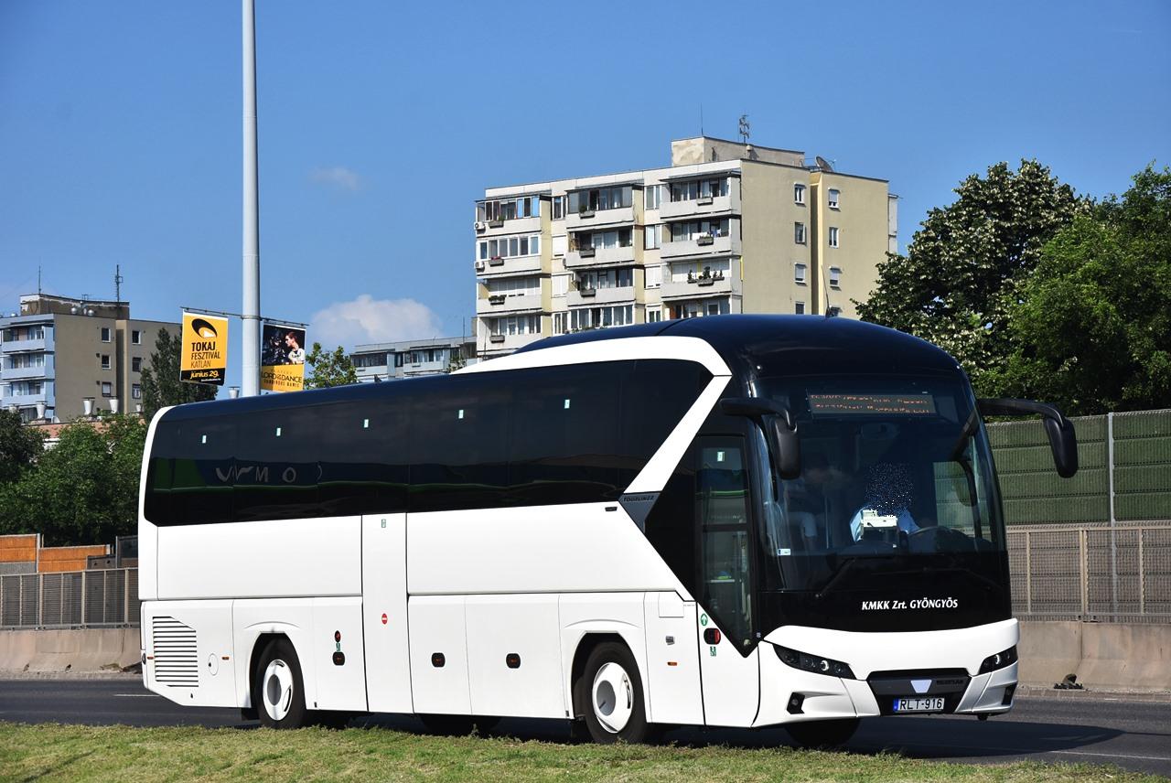 A Neoplan Tourlinerek két- és háromtengelyes verziói az egész ország távolsági vonalain előfordulnak, az éven újabb huszonkilenc kocsival bővül a flotta (fotó: Bohus Dávid)