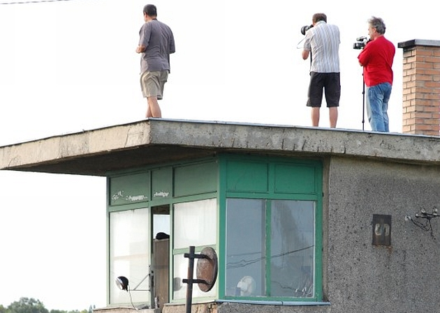 Az őrház tetejéről fotózni jó? Ne tessenek megijjedni, itt filmforgatás történt, engedéllyel