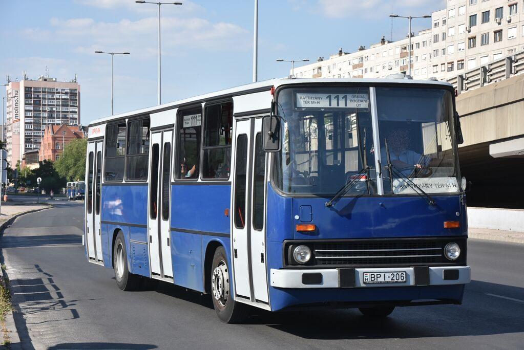 Mikulásbusz nyáron a 111-es járaton. A magaspadlós szólók kivonultak Óbudáról