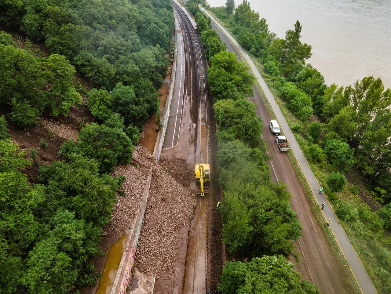 Június 17-én két helyen is hatalmas sár- és kőadag zúdult a 70-es vonalra és a 12-es főútra Dömösnél. A helyreállítás heteket fog igénybe venni (fotó: MÁV-Start Zrt.)