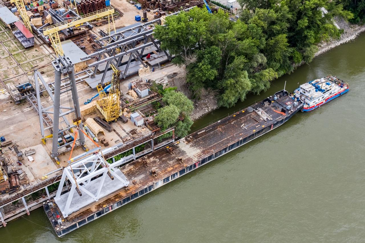 Kattintson képünkre, galéria nyílik! Nézze meg a hídelem beemelését (fotók: NIF)