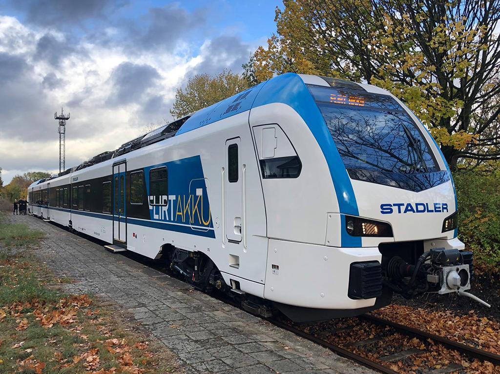Összesen ötven új, felsővezetékes és akkumulátoros üzemű motorvonat vásárlására írt ki közbeszerzést a MÁV-Start. Az egyik lehetséges esélyes a Stadler Flirt Akkuja (fotó: Stadler)