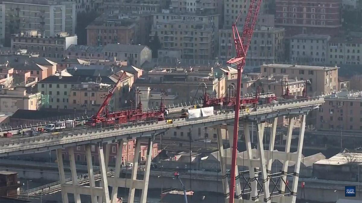 Itt még a leszakadt hidat bontották (forrás: euronews.com)