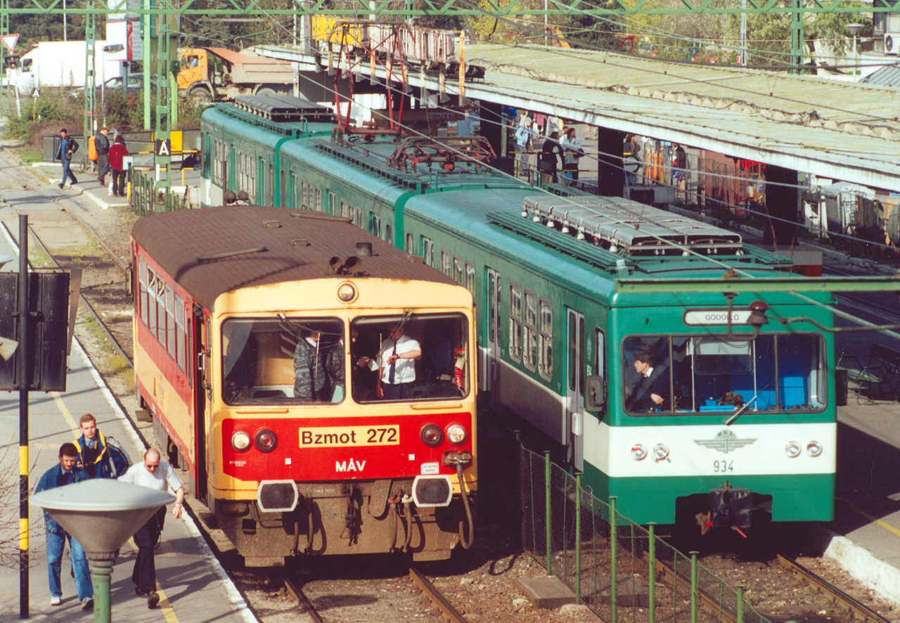 Átjárhatóság pedig létezik: a MÁV Kőbánya-teherpályaudvara és az Örs vezér tere között egy összekötő vágány húzódik, mely az Albertirsai úttól párhuzamosan halad a kettes metró vonalával. A Bz motorkocsi is ezen keresztül érkezett ide (fotó: Szelényi Gábor)