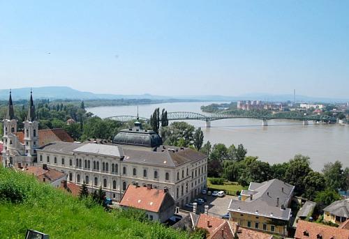 A magas vízállású Közép-Duna Esztergomnál 2010. június 9-én<br>(fotó: Joó Ferenc)<br>A képre kattintva galériánk nyílik meg