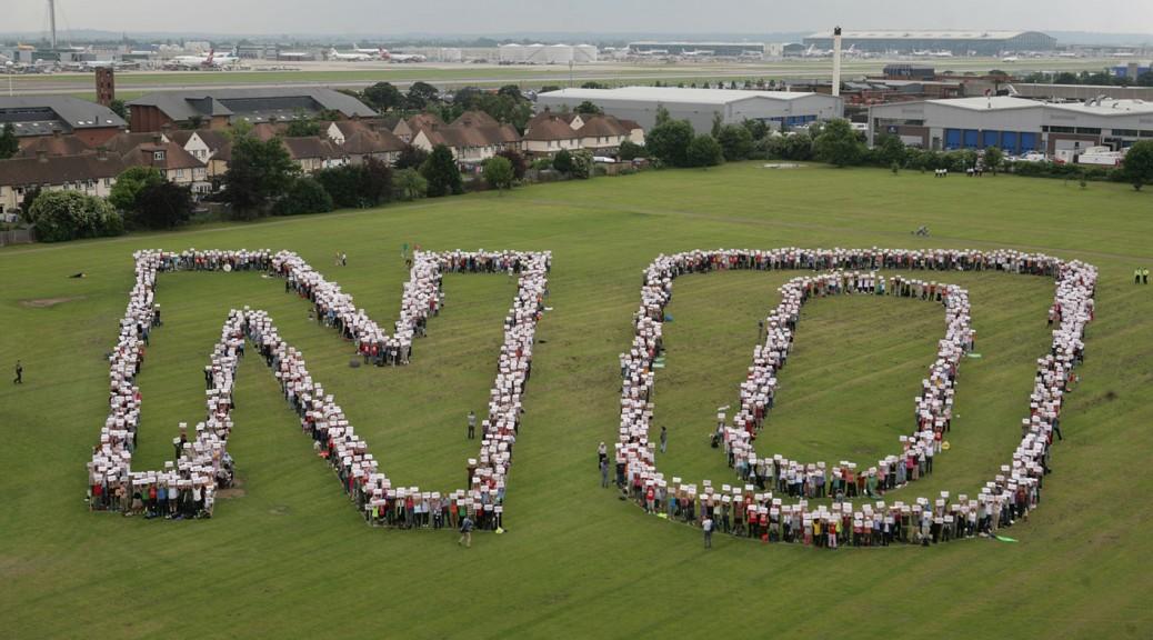 Helyiek tüntetnek a harmadik kifutópálya megépítése ellen<br>(forrás: hacan.org.uk)