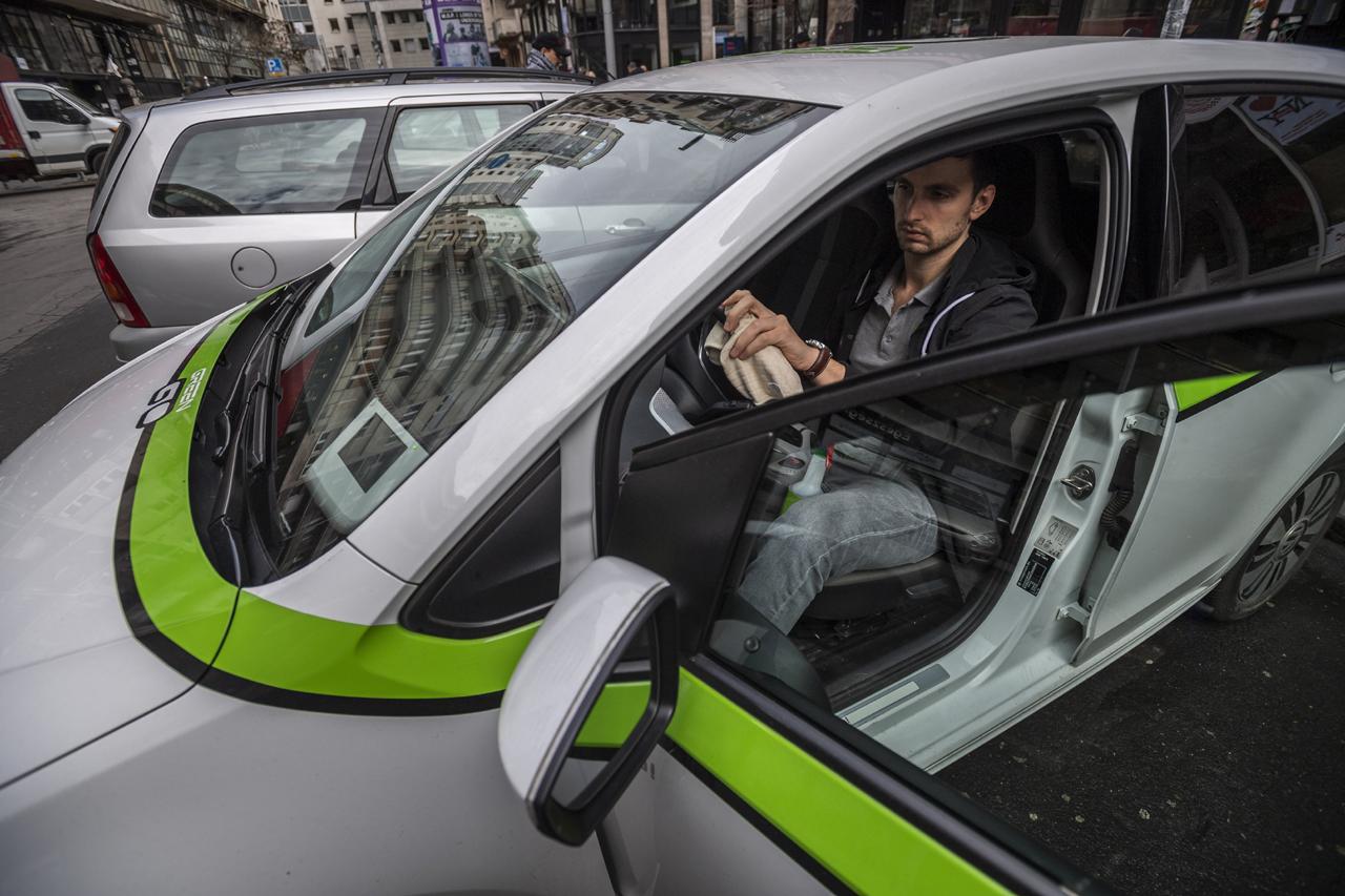 A koronavírus elleni védekezés során GreenGo autómegosztó szolgáltatás autóit is fertőtlenítik (fotó: Mónus Márton/MTI)