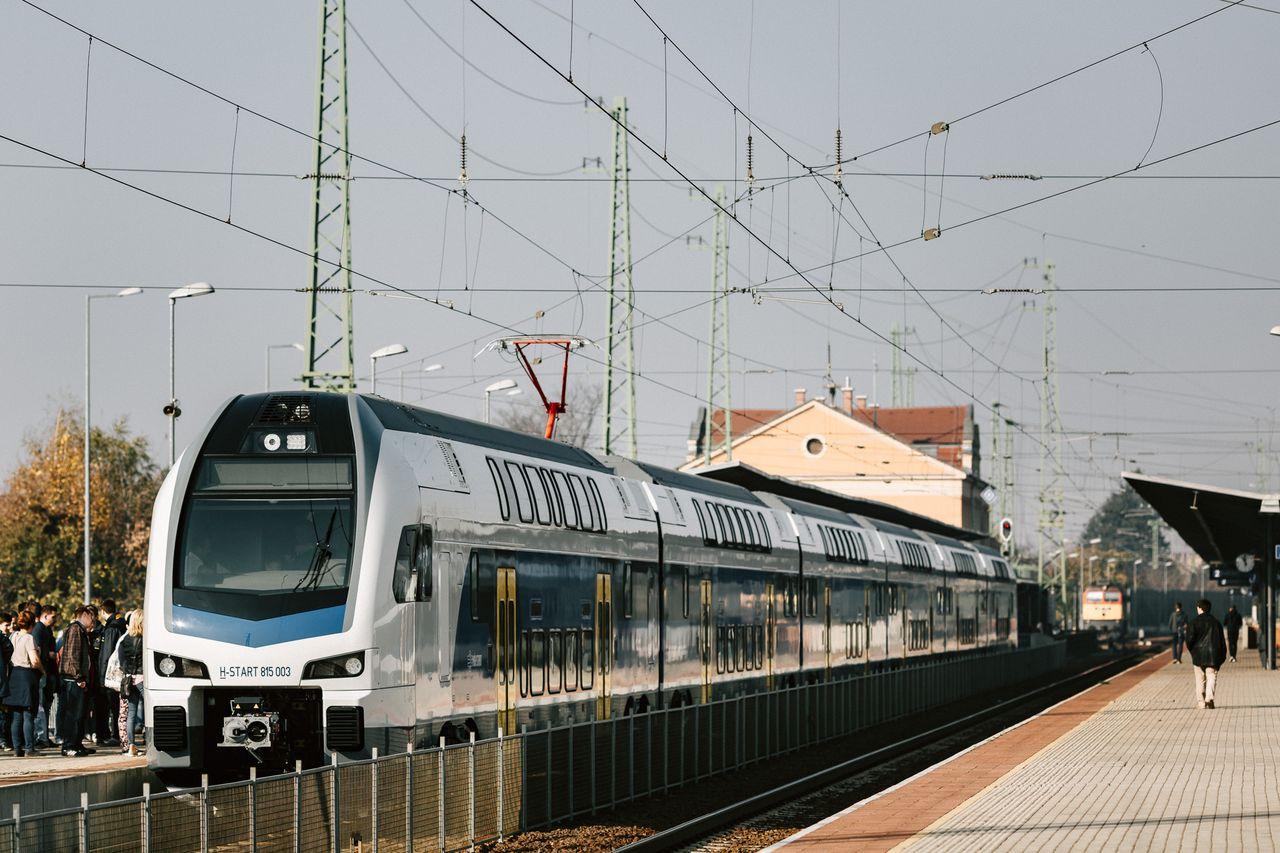 Az előzetes tervekkel ellentétben február eleje helyett csak március közepén állhat forgalomba a MÁV-Start első emeletes motorvonata
