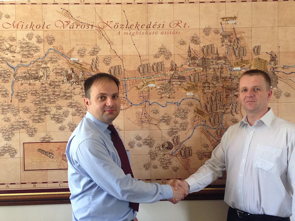 Singlár Zsolt MVK vezérigazgató (balról), és Kis Csaba, a Gilbarco-ACIS Kft. ügyvezetője a támogatói levél birtokában megállapodott a töltőállomás-építés elindításáról