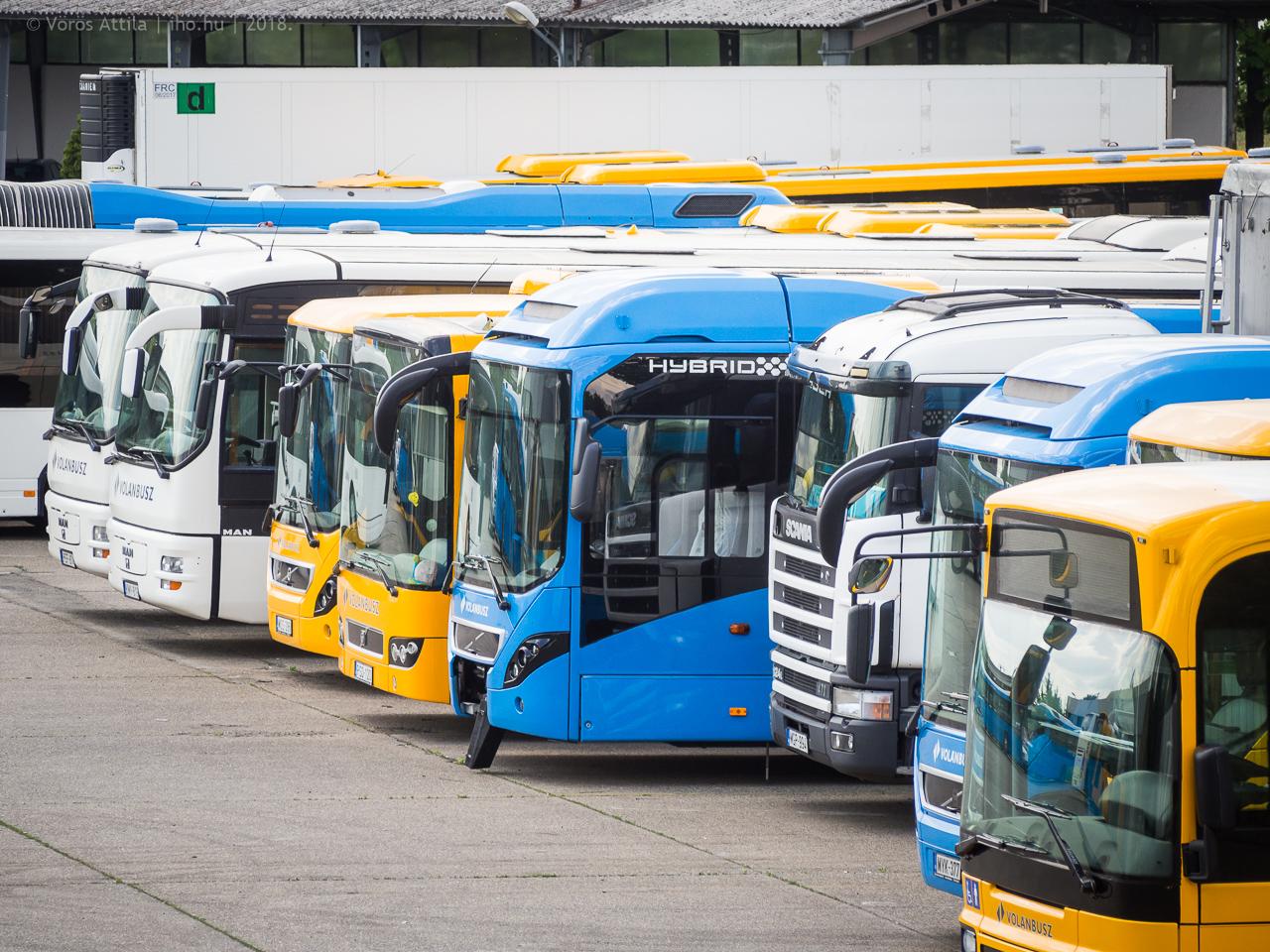 Volánbuszos járműveket is lehet látni a Volvo Hungáriánál, a képen rögtön három Volvo 7900A Hybrid is felfedezhető