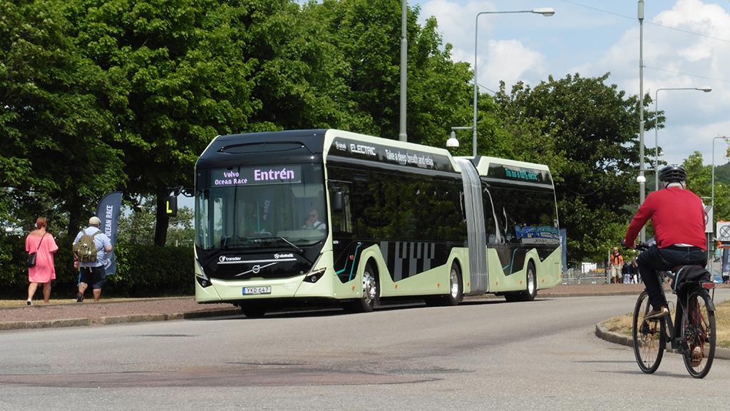 Idilli városkép Göteborgból: elektromos busz, biciklis, sétáló emberek (fotó: Ács Attila)