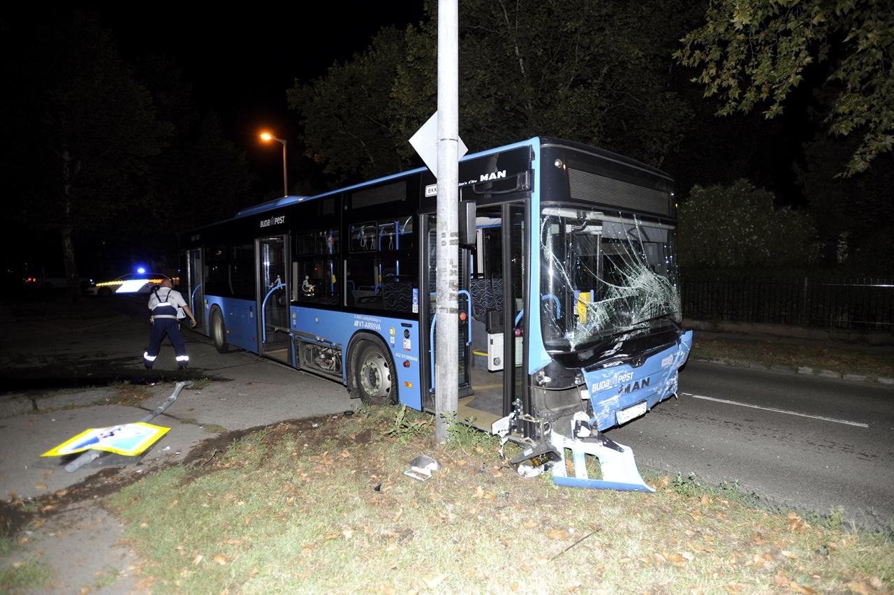 Az autóbusz és a személyautó karamboljában heten sérültek meg, közülük hárman súlyosan (fotó: Mihádák Zoltán/MTI)