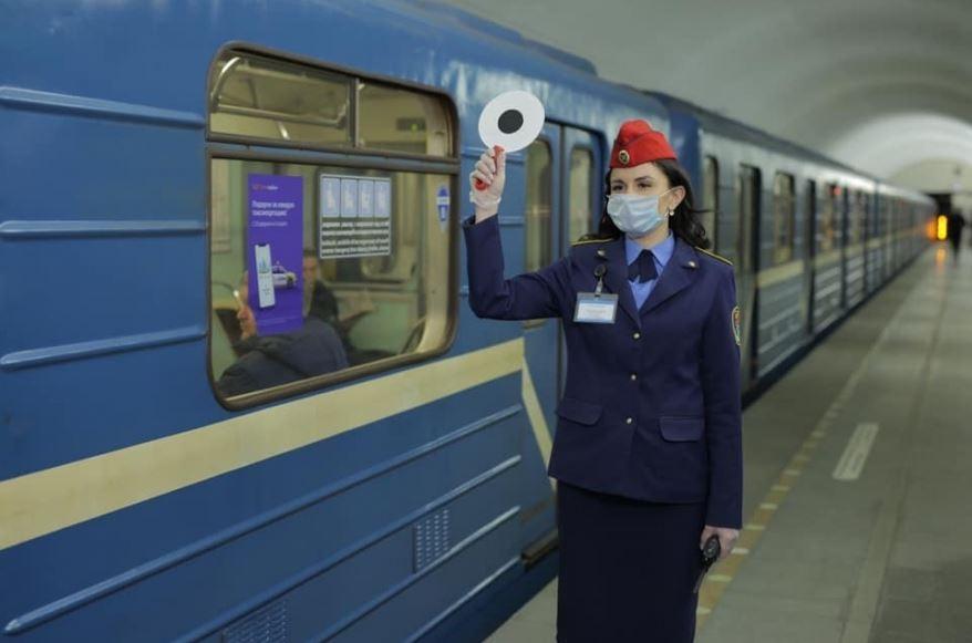 Bár a korlátozások még érvényben vannak az utasok száma már meghaladja a napi egymilliót (fotó: karpovka.com)