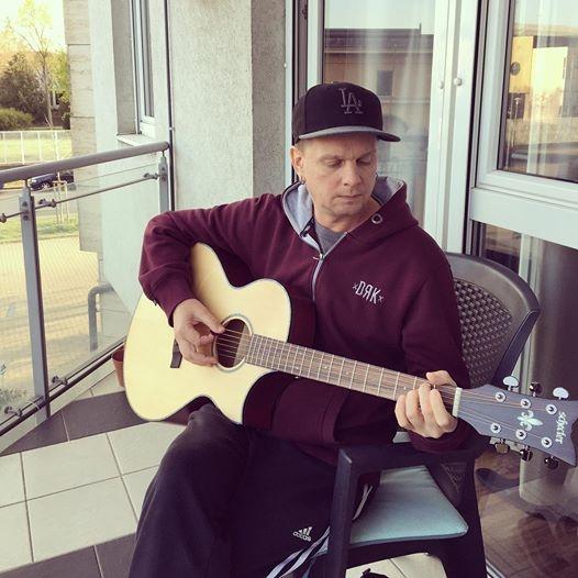 Szekeres András veszélyhelyzet idején egy szál gitárral