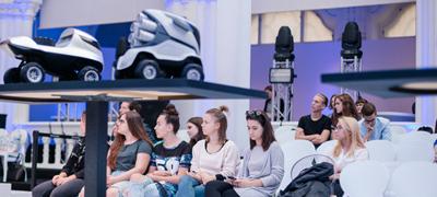 Magyar járműtervező hallgatókkal konzultál a Mercedes