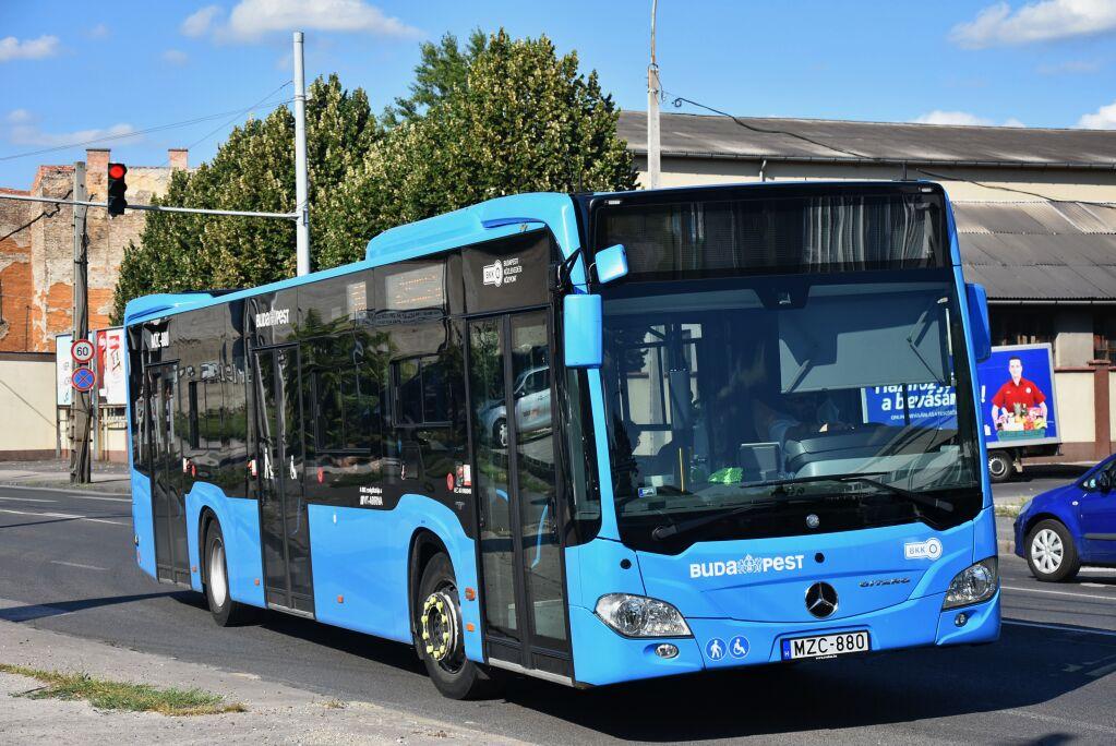 Az MZC-880 pedig az EURO VI-os motorral szerelt szóló változata, amelyből szintén egy közlekedik Budapesten. A magasabb emissziónormát teljesítő motorral beszerezhető vadonatúj buszok közül később az MAN Lion's City lett a befutó