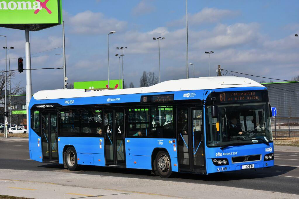 Egy háromajtós Volvo 7705 hibrid autóbusz a 67-es járaton, egy kivételével valamennyi forgalomba állt idén