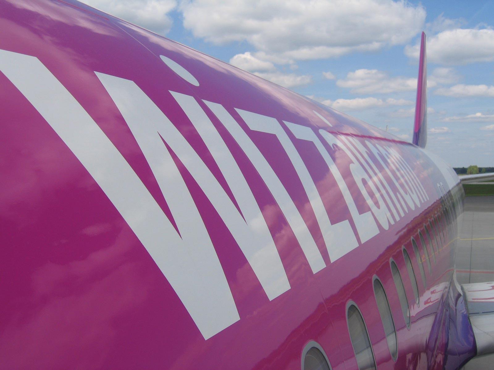 57d8e52b99e2 Az utasokat a légitársaság arra kéri, hogy ne használják fülhallgatóikat a  biztonsági tájékoztatás alatt, illetve hogy kapcsolják ki az elektronikus  ...