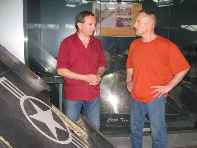 Dani Zoltán és Dale Zelko a belgrádi reptér melletti múzeumban, az F-117-es roncsainál