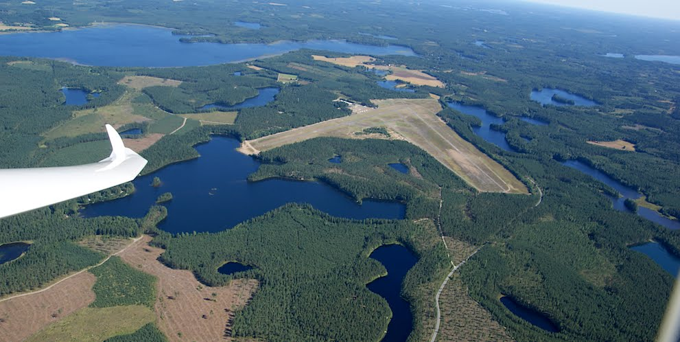 A helyszín: sok erdő, sok tó, és egy tágas reptér<br>(fotó: panoramio.com)