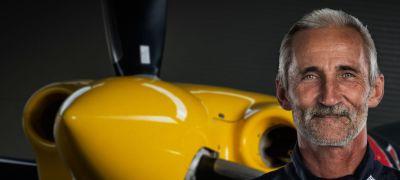 Besenyei Péter kapja a Nemzetközi Repülő Szövetség díját