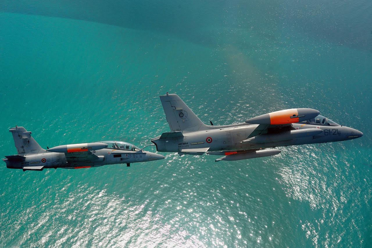 MB.339A (vezérgép) és MB.339CD (kísérő) kötelékben <br>(fotó: Aeronautica Militare