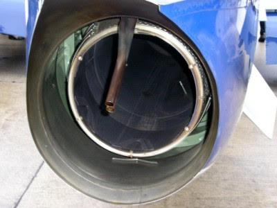 Fúvócső és füstölőcső az egyik Frecce-gépen