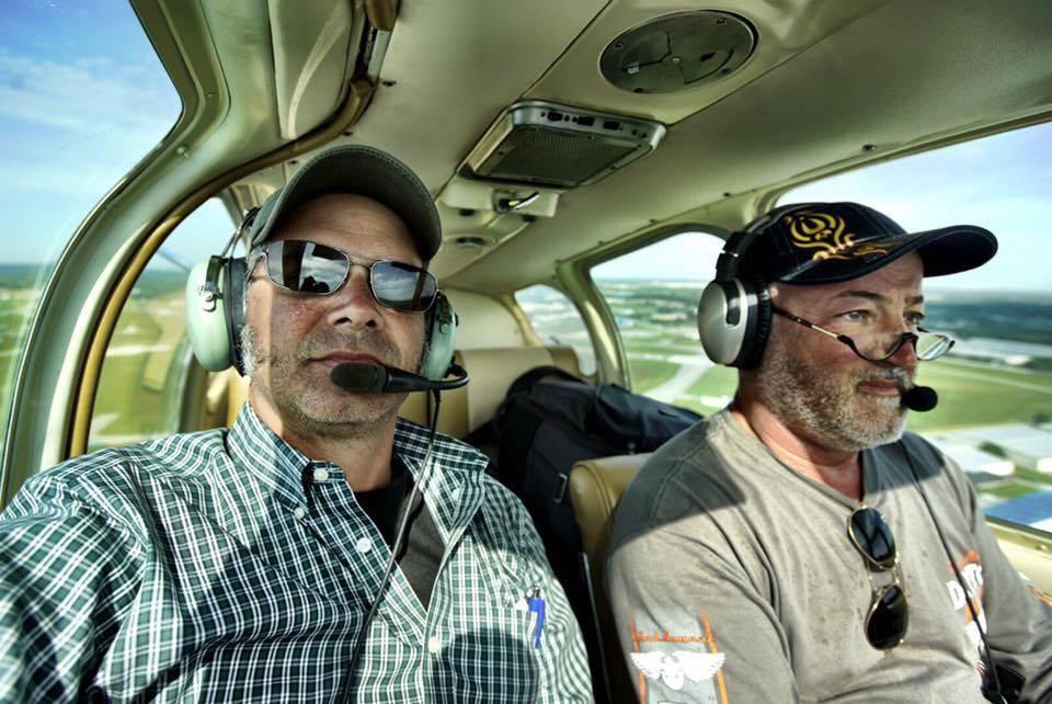 A Bonanza fedélzetén a fotós és a pilóta