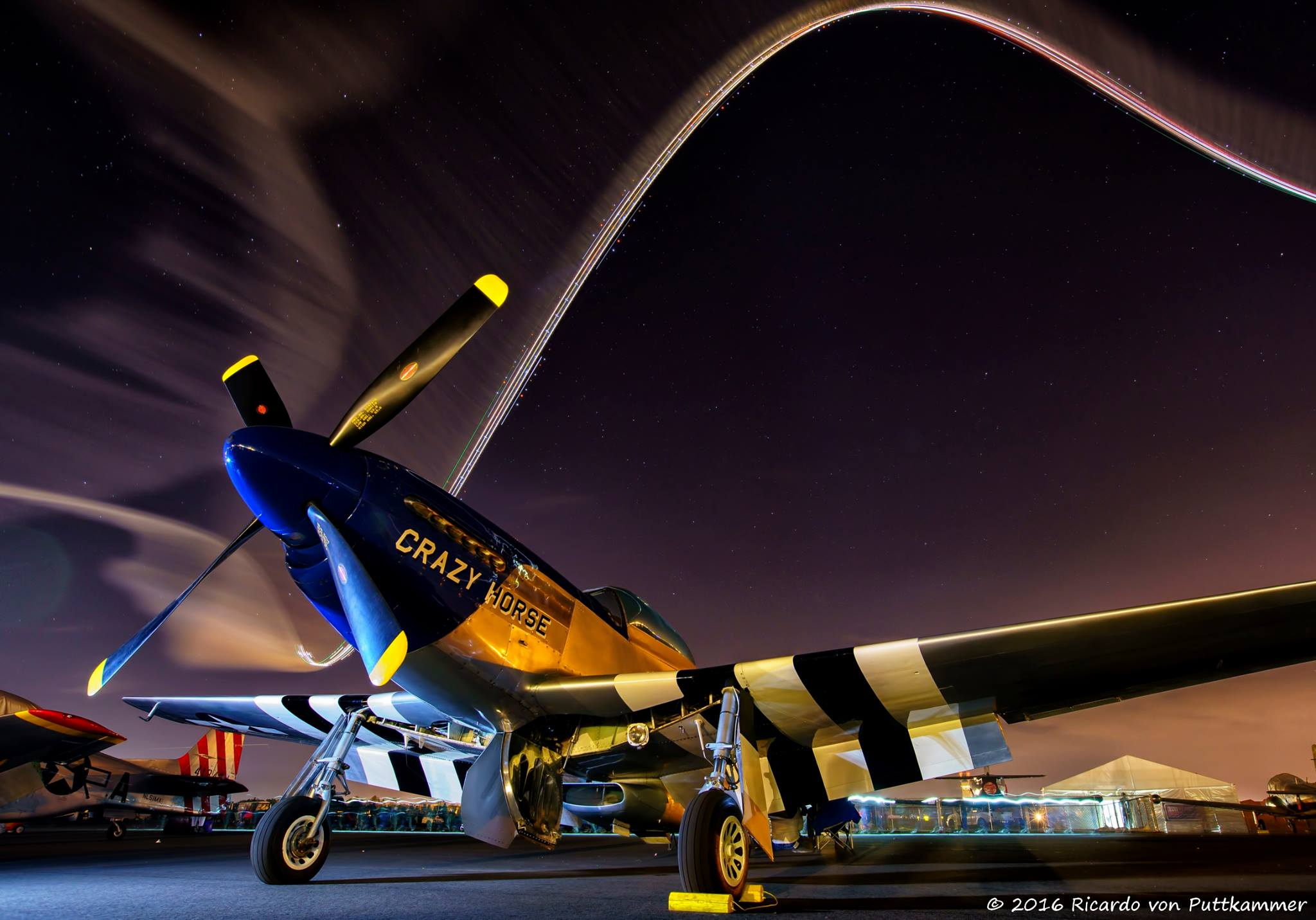 Ezeken a repülőrendezvényeken sokszor éjszaka is folytatódik a show