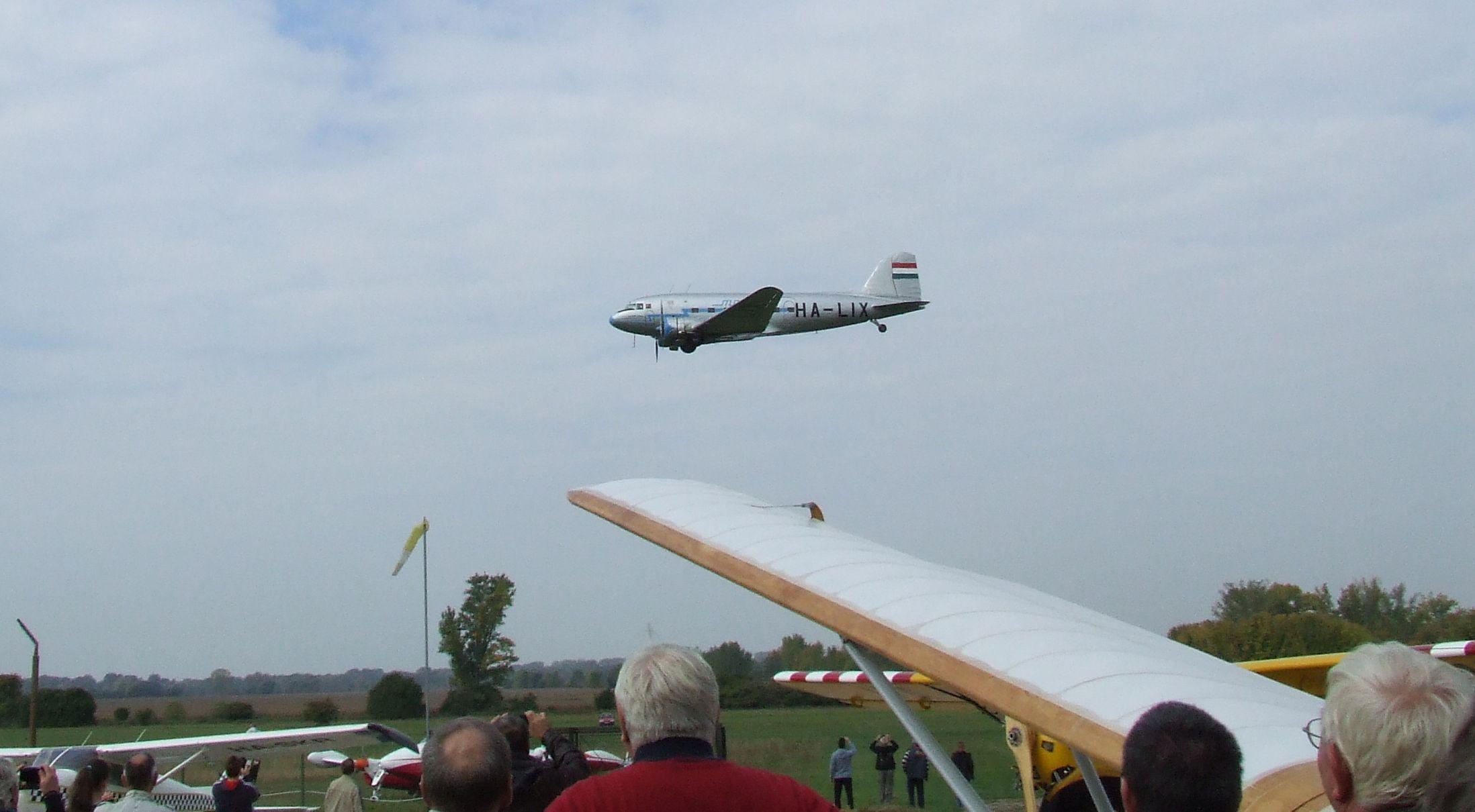 Szárnyak fölött a szárnyak: a Li-2-es tisztelgése