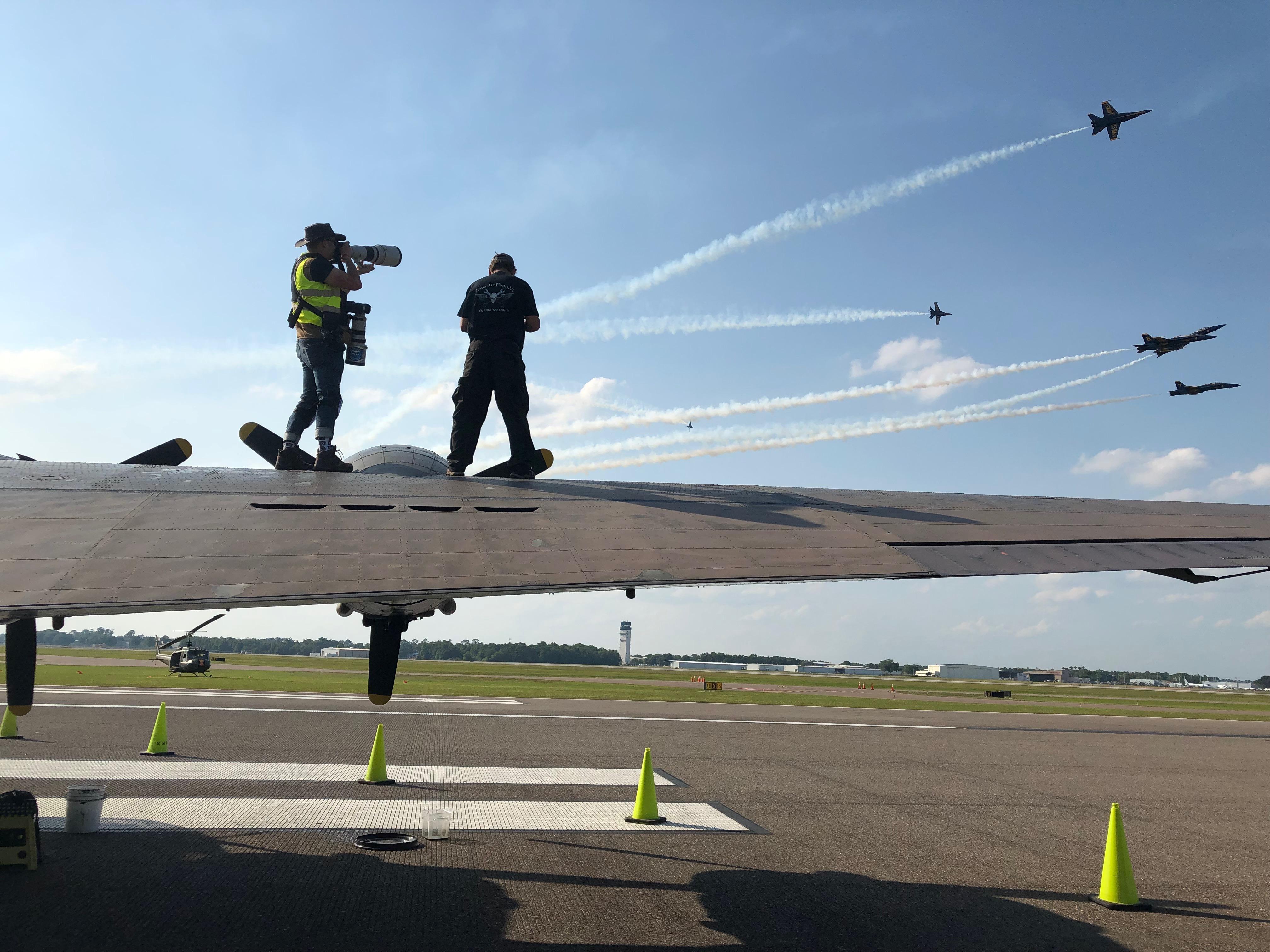 Kell-e jobb fotós bázis, mint egy B-17-es szárnya?! Balról mellényben Ricardo lő éppen