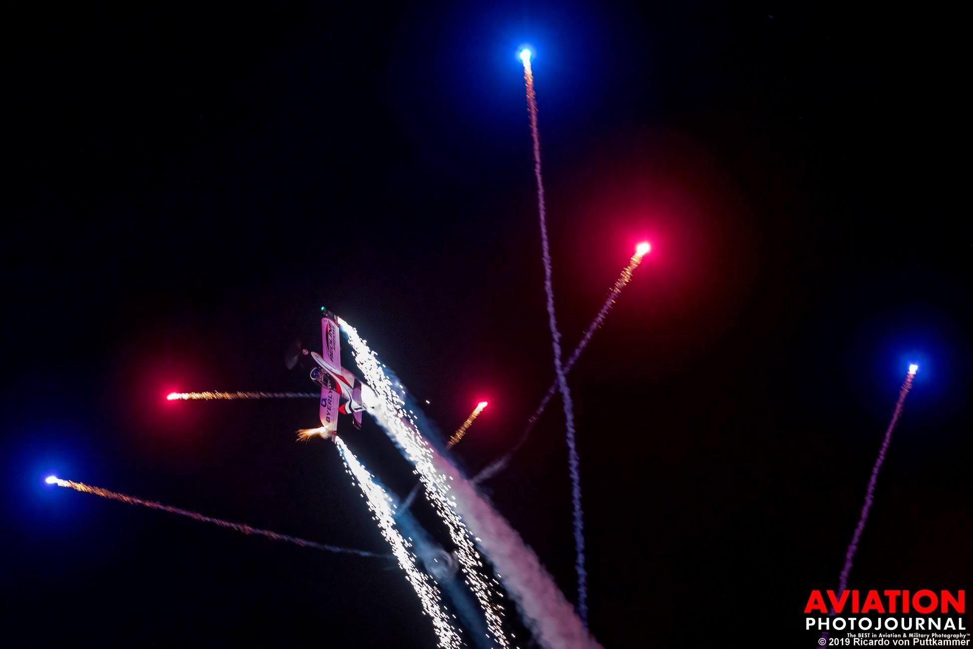 Éjszakai show-repülés, tűzijátékkal