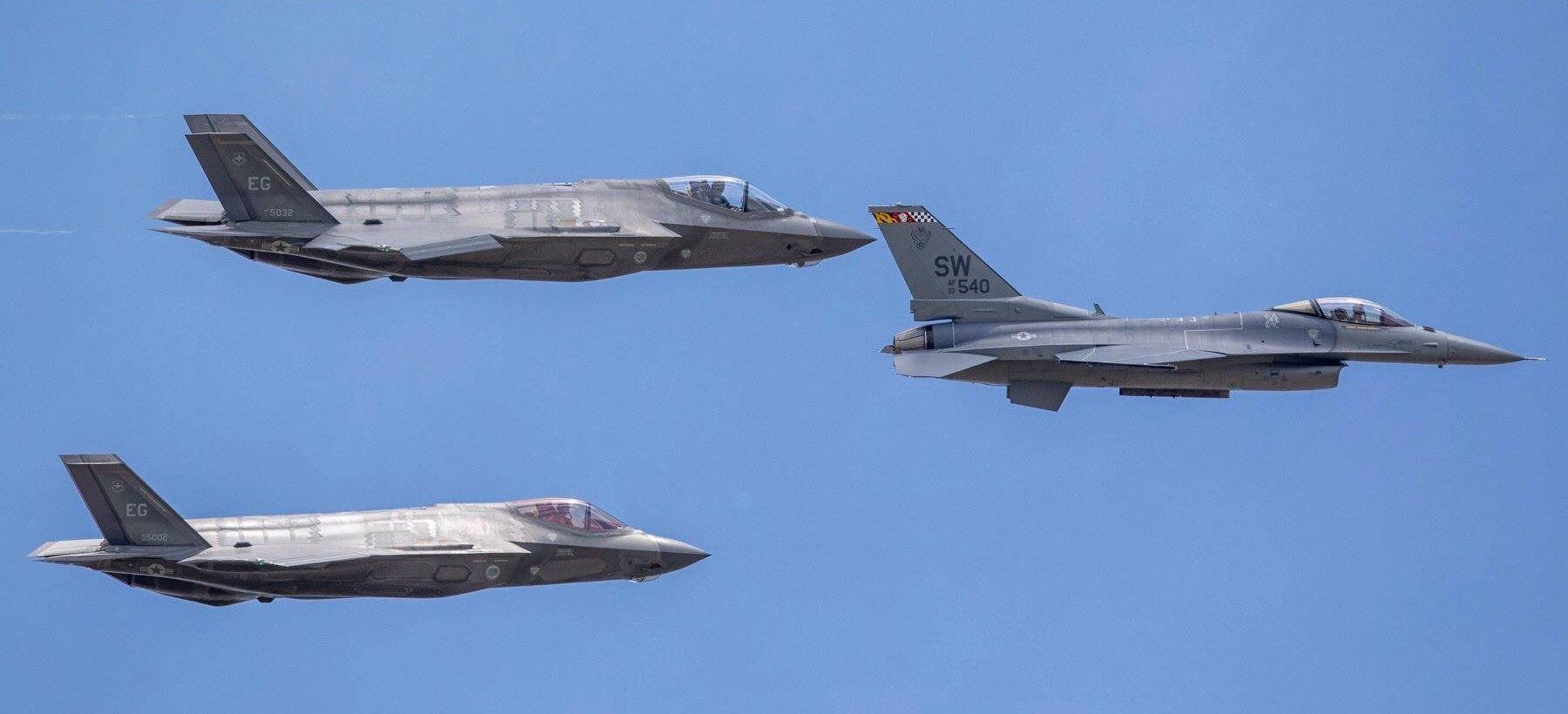 Lockheed-madarak: a vezér a Falcon, a kísérők a Lightningok