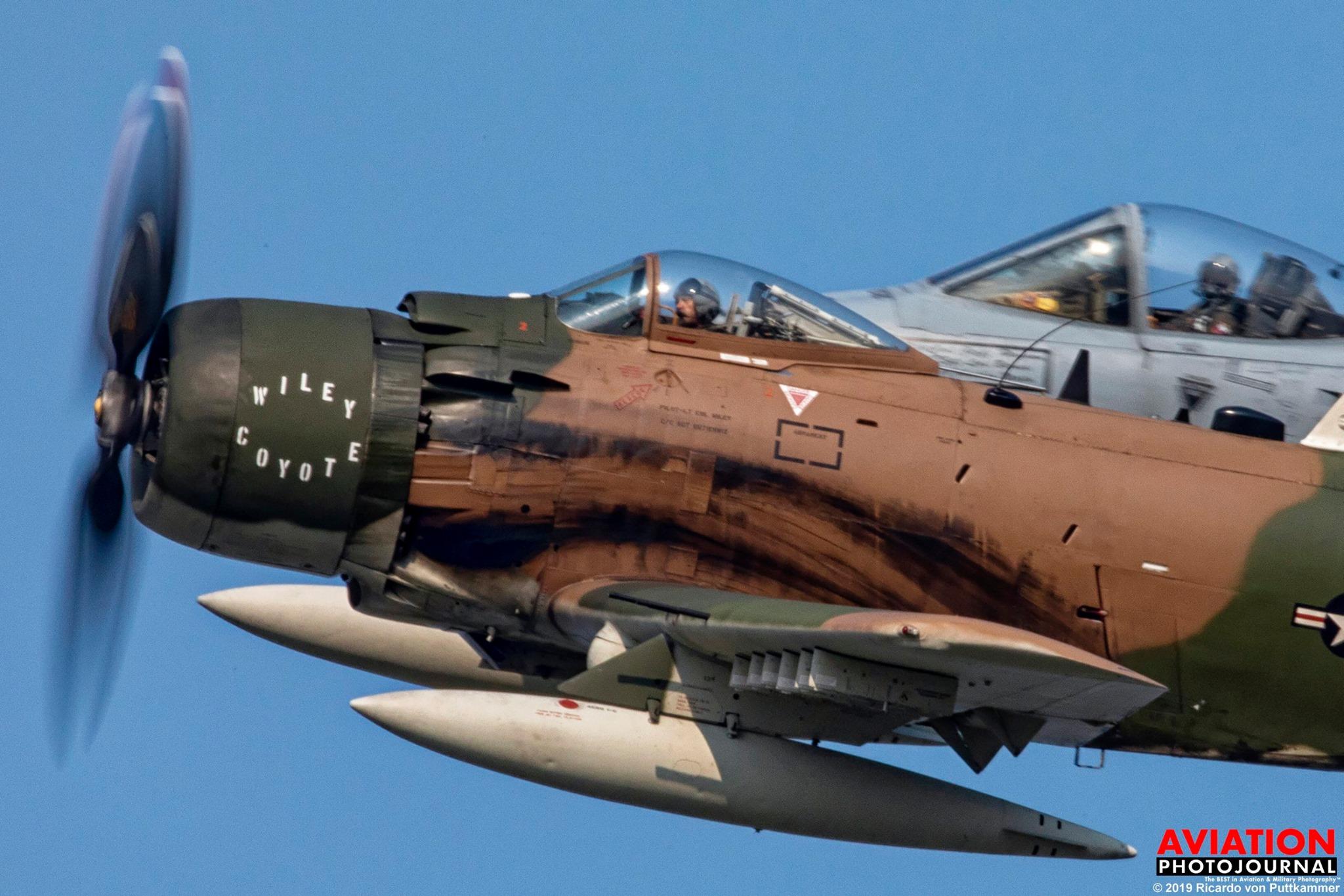 Ritka alakzat: az előtérben a Vietnamban is harcolt A-1 Skyraider, kísérője a mai földi támadó A-10-es