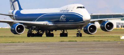 Az AirBridgeCargo különleges munkája: óriás hajtómű az óriásgépen
