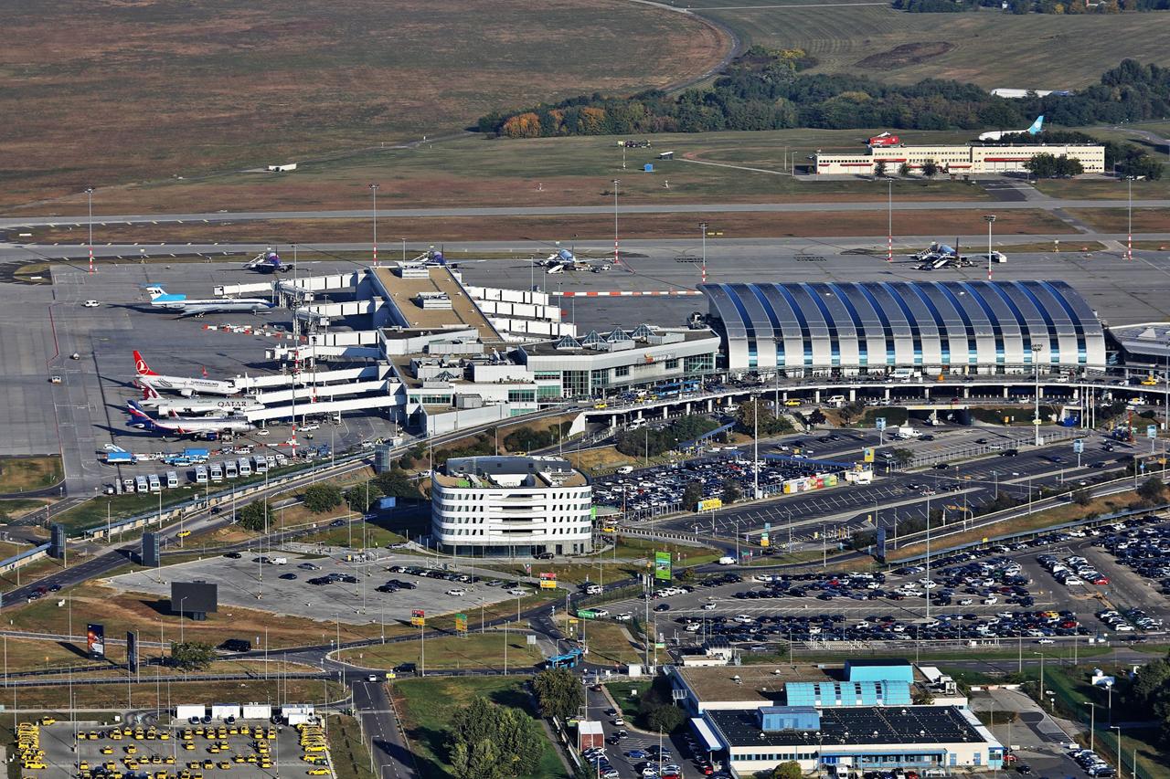 Légifotó tavalyról, sok-sok géppel a terminál körül (fotó: Budapest Airport)