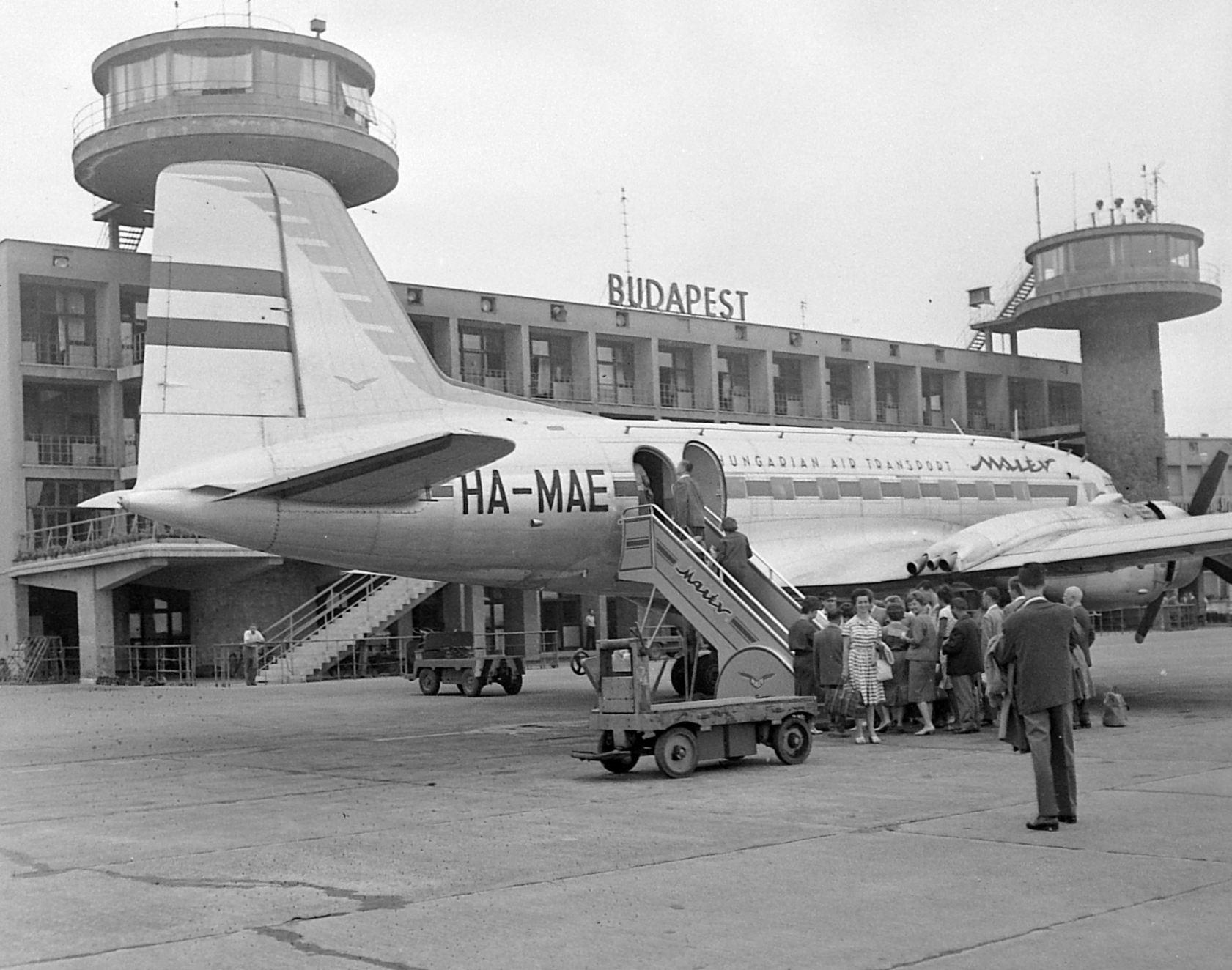 A két torony a forgalmi előtér felől, Il-14-essel