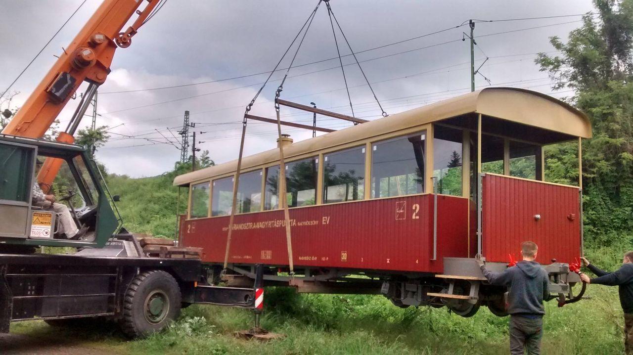 Így érkezett meg a vagon a vonalra, majd egyből ki is próbálták. A képre kattintva galéria nyílik (fotók: Királyréti Erdészet Facebook-oldala)
