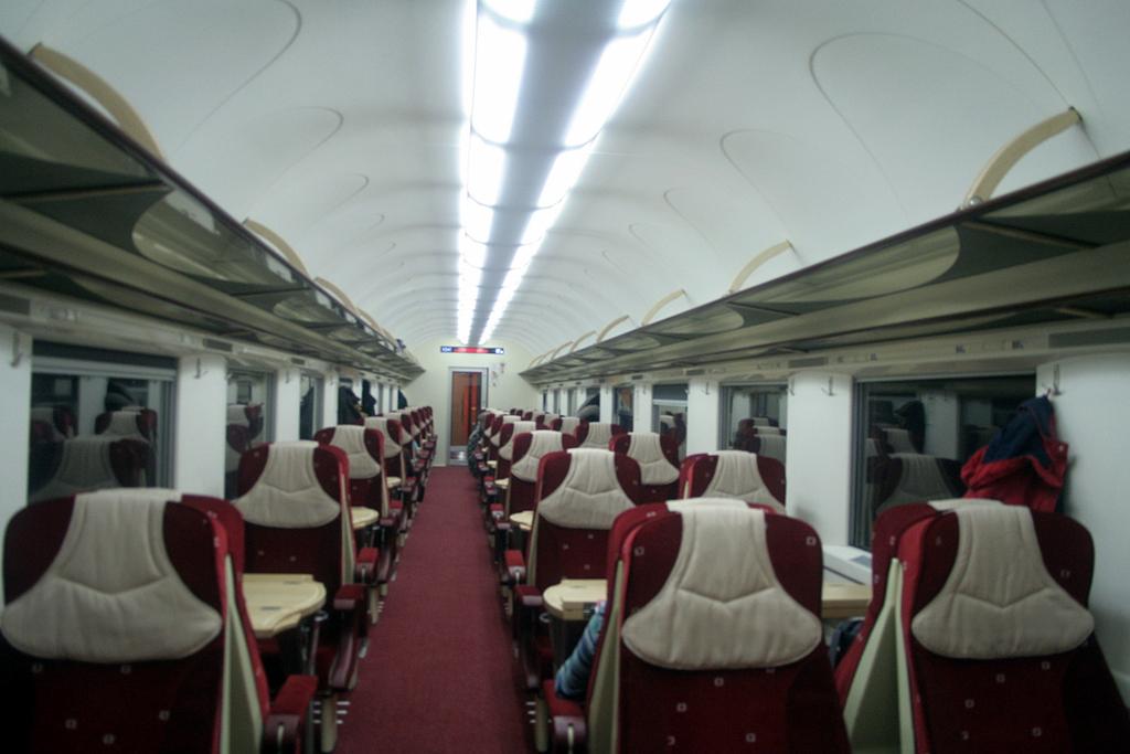 Harmadik generációs IC-személykocsi belső tere <br />(fotó: Tevan Imre)