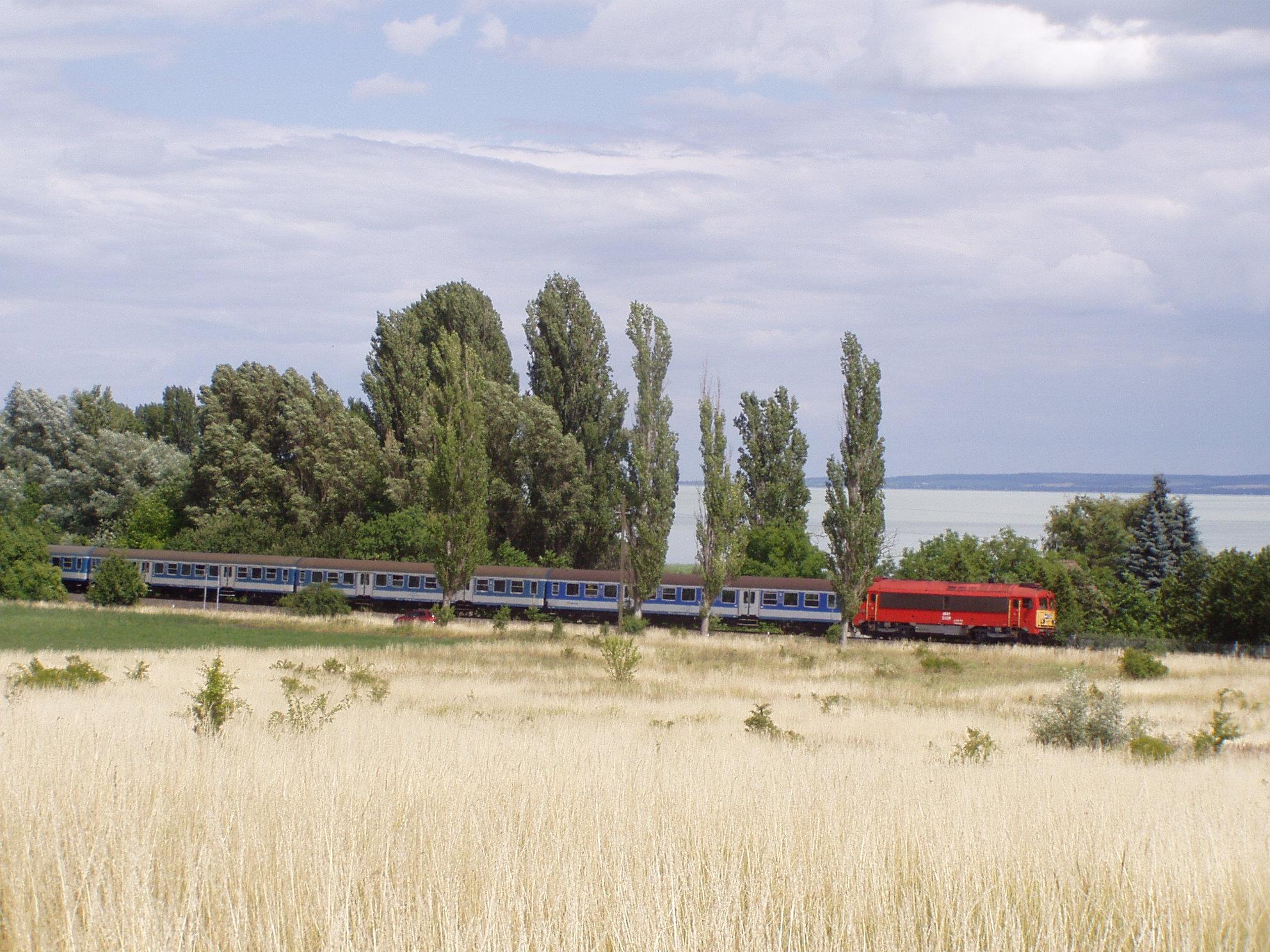 Zánka-Köveskált hagyja el a nyári menetrend első napjaiban a negyedórás késésben lévő átlós, Záhonyból érkező gyorsvonat, amelyet halberstadti kocsijairól is fel lehetett ismerni