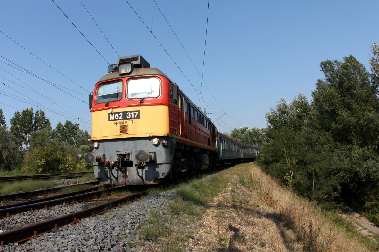 Szabadbattyán állomásra érkezik Börgönd felől a remot Szergej által vontatott tapolcai gyors<br>(Fotó: Tevan Imre)
