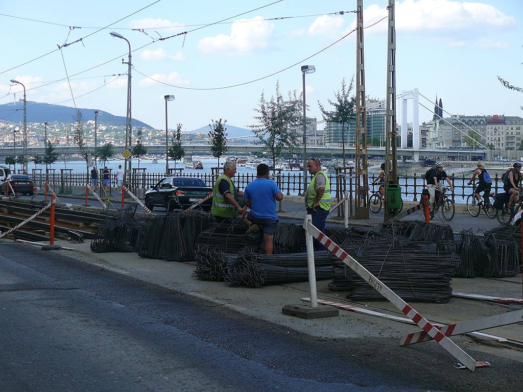 Kötegelve lerakott betonacél elemek az építési terület szélén<br>A képre kattintva fotógalériánk nyílik meg