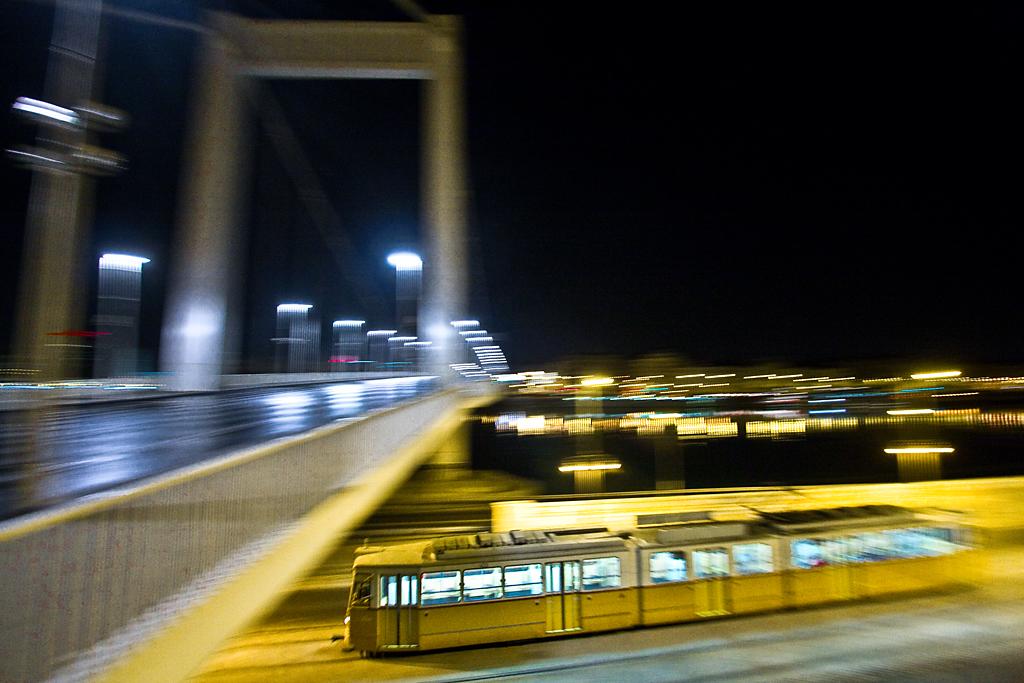 A szerelvénymenetek utáni egyik első, utasokat is szállító 19-es villamos szalad be az Erzsébet híd alá
