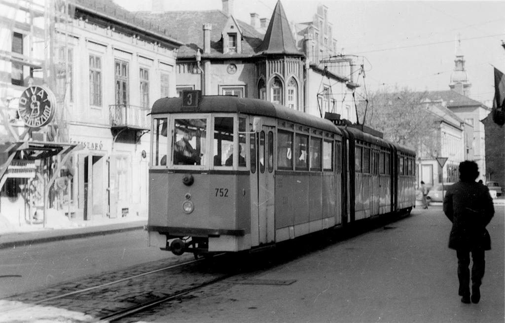 Kéttengelyes kocsikból házilagosan épített csuklós villamos, Szeged jellemző járműve volt a hatvanas években<br>(a képre kattintva fotógalériánk nyílik meg)