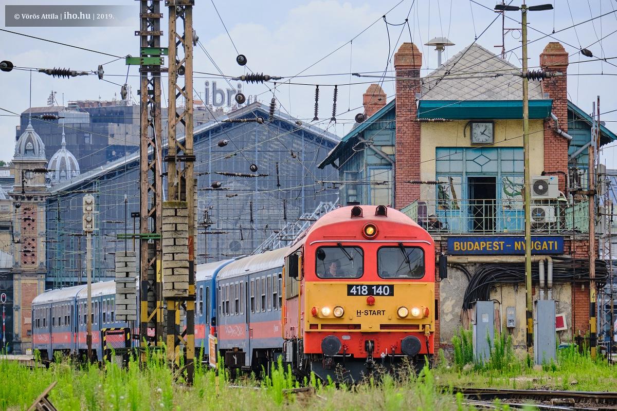 A 140-es indul a Nyugatiból Lajosmizse felé. A képre kattintva galéria nyílik Vörös Attila fotóiból
