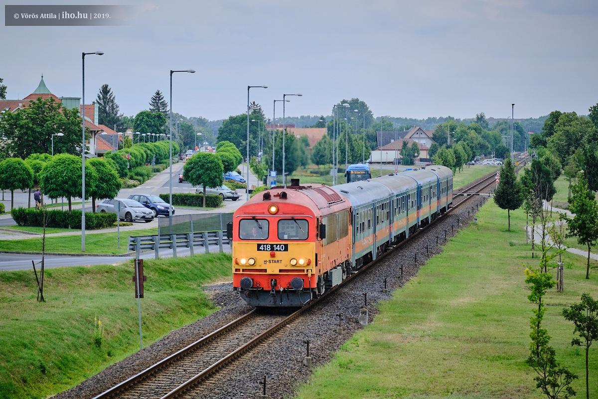Gyálon halad a főváros felé a csörgős vonat